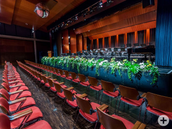 Kronensaal Blick auf Bühne mit Blumenkante