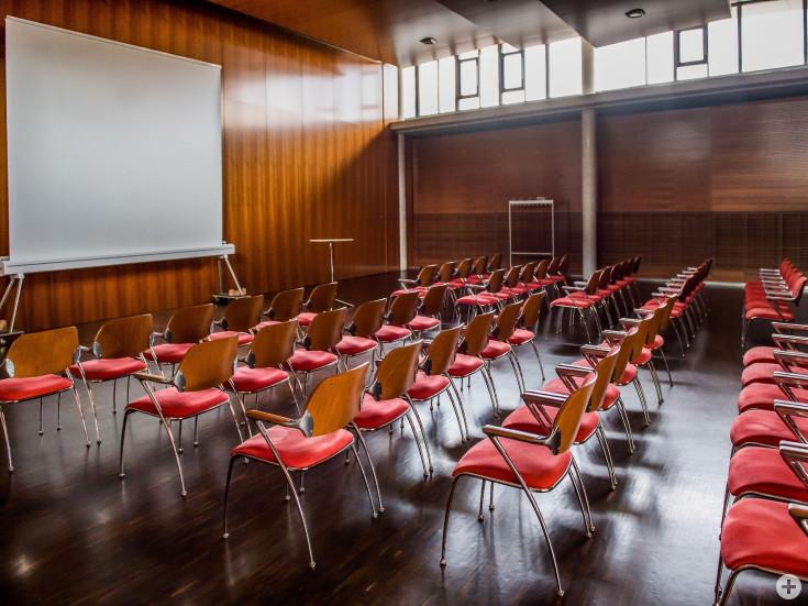 Jurasaal bestuhlt für Vortrag mit Leinwand