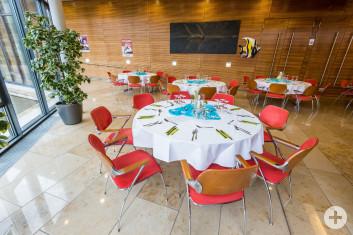 Foyer Kronensaal festlich gedeckte runde Tische