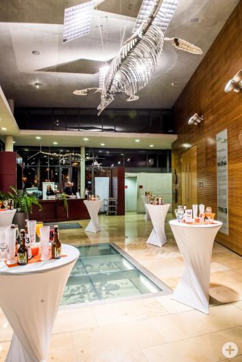 Foyer Jurasaal mit eingedeckten Stehtischen