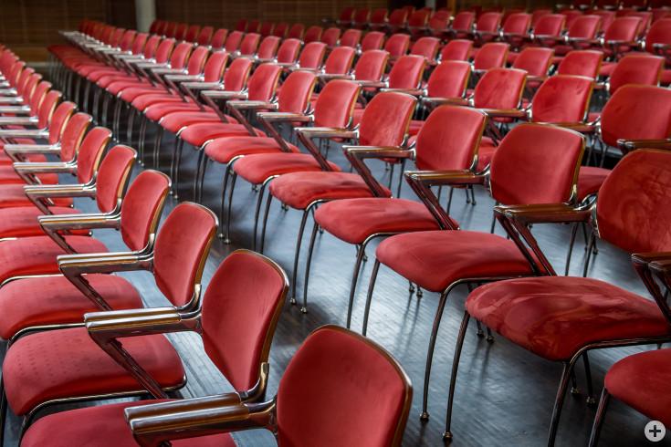 Stuhlreihen im Kronensaal der Stadthalle Eislingen