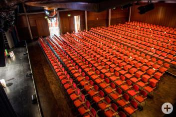 Blick auf Bühne und Reihenbestuhlung in den kombinierten Sälen der Stadthalle Eislingen