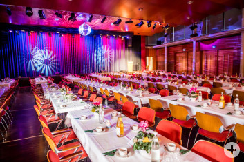 Festliche Bankettbestuhlung an eckigen Tische in der gesamten Stadthalle Eislingen mit Bühnenprogramm